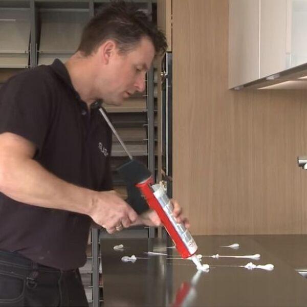 Verlijmen van een keukenachterwand met montagekit