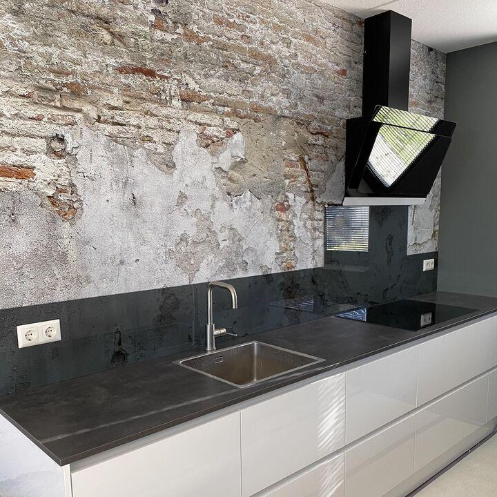 Keuken achtewand getint grijs