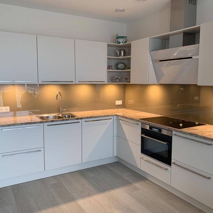 Keuken achtewand grijs hoogglans